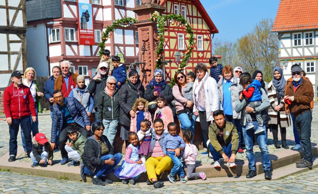 Neubürger und Paten auf dem Marktplatz des Hessenparks